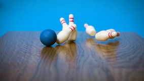 Superzeitlupegesamtlänge mit fallenden Kegeln mit Bowlingkugel stock footage