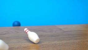 Superzeitlupegesamtlänge mit fallenden Kegeln mit Bowlingkugel stock video footage