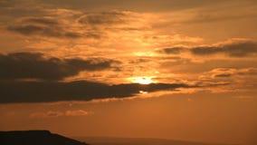 Superzoom计划timelapse日落通过在橙色口气的日落云彩 ?? 股票视频