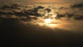 Superzoom计划timelapse日落通过在橙色口气的日落云彩 ?? 股票录像