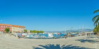 Supetar-Jachthafen im Sommer stockbild