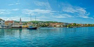 Supetar-panoram fom ein Boot stockbilder