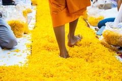 Suphan Buri ΤΑΪΛΑΝΔΗ - τον Ιανουάριο του 2016: 1,131 μοναχοί από Wat Phra Στοκ Εικόνα