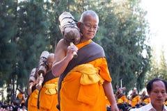 Suphan Buri ΤΑΪΛΑΝΔΗ - τον Ιανουάριο του 2016: 1,131 μοναχοί από Wat Phra Στοκ Φωτογραφίες