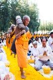 Suphan Buri ΤΑΪΛΑΝΔΗ - τον Ιανουάριο του 2016: 1,131 μοναχοί από Wat Phra Στοκ φωτογραφία με δικαίωμα ελεύθερης χρήσης