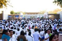 Suphan Buri TAILÂNDIA - em janeiro de 2016: povos da multidão no vestido branco fotos de stock