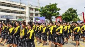 SUPHANBURI,泰国- 2017年7月9日:在烛光游行的少妇本地产的服装游行传统Buddh 库存图片