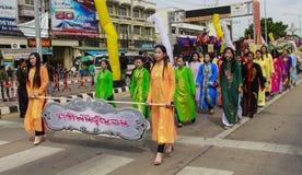 SUPHANBURI LA TAILANDIA parata del 9 luglio 2017 delle donne tailandesi in costumi tailandesi neri a Lent Candle Festival buddist Fotografie Stock
