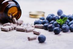 Suplemento biológicamente activo - píldoras para los ojos sanos Fotografía de archivo libre de regalías