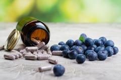 Suplemento biológicamente activo - píldoras para los ojos sanos Imágenes de archivo libres de regalías