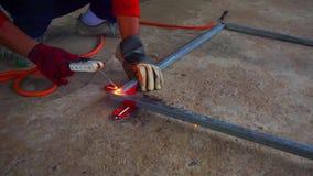 Suplemento de acero de soldadura de la estructura del técnico almacen de metraje de vídeo