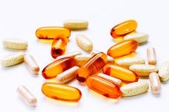Suplemento dietético y tabletas del aceite de hígado de bacalao de Omega 3 de las vitaminas fotografía de archivo
