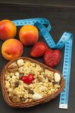 Suplementos dietéticos sanos para los atletas Cheerios para el desayuno Muesli y la fruta La dieta para la pérdida de peso Muesli Imagen de archivo libre de regalías