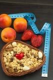 Suplementos dietéticos saudáveis para atletas Cheerios para o café da manhã Muesli e o fruto A dieta para a perda de peso Muesli  imagem de stock royalty free