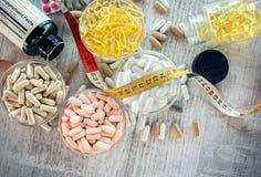 Suplementos nutritivos nas cápsulas e nas tabuletas Imagem de Stock