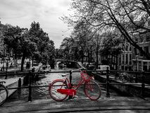 Suplente rojo de la bicicleta en un puente, blanco y negro fotografía de archivo