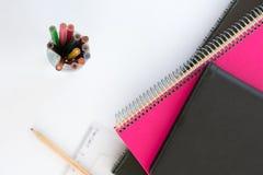 Suplies d'école De nouveau à l'école Papeterie d'isolement sur le blanc Photographie stock libre de droits