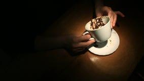 Supondo nas terras de café, uma mão fêmea que guarda uma caneca de café Close-up filme