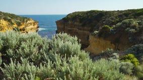 Suporte acima sobre o oceano na caverna do trovão na grande estrada do oceano em Austrália video estoque