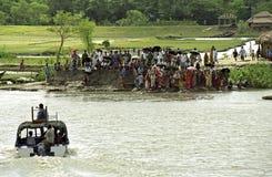 Suporte bengali no barco de espera do banco de rio fotografia de stock royalty free