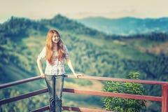 Suporte bonito da jovem mulher de Ásia no ponto de vista imagens de stock royalty free