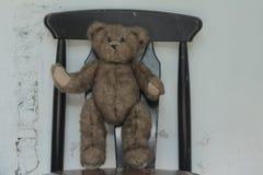 Suporte bonito do urso de peluche no assento Fotografia de Stock Royalty Free
