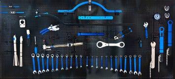 Suporte com as ferramentas na oficina da bicicleta Fotografia de Stock Royalty Free