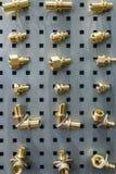 Suporte com encaixes diferentes, torneiras de água, conectores para sondar imagem de stock