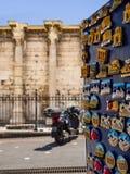 Suporte com os ímãs do turista oposto à biblioteca de Hadrian na área de turista de Monastiraki fotografia de stock royalty free