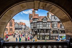 Suporte construções moldadas na rua principal, Chester, Reino Unido imagens de stock