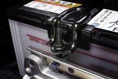 Suporte da bateria com o parafuso travado em um carro imagem de stock