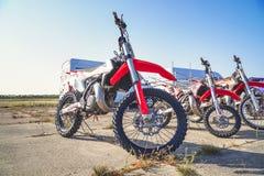 Suporte da bicicleta do motocross em seguido Fotografia de Stock Royalty Free