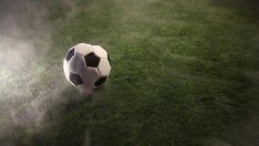 Suporte da bola na grama em torno do fumo vídeos de arquivo