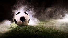 Suporte da bola na grama em torno do fumo filme