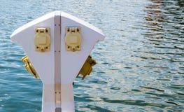 Suporte da corrente elétrica perto da água no porto interno do ` s de Baltimore imagem de stock