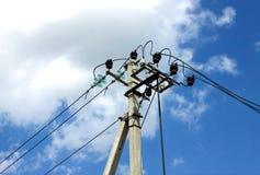 Suporte da linha de abastecimento do poder sobre o céu azul com as nuvens brancas Imagens de Stock