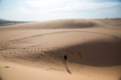 Suporte da menina de Shilluate no deserto Fotografia de Stock