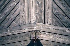 Suporte da mulher apenas na ponte de madeira foto de stock royalty free