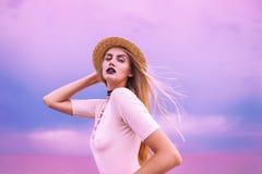 Suporte da mulher no lago cor-de-rosa Imagem de Stock Royalty Free