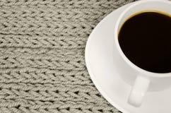 Suporte da xícara de café no fundo feito malha Foto de Stock