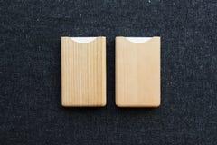 Suporte de cartão dois de madeira na tabela fotos de stock