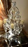 Suporte de cristal do castiçal na tabela de vidro fotos de stock royalty free