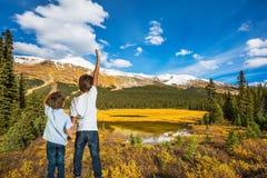Suporte de dois meninos na costa do lago imagens de stock royalty free