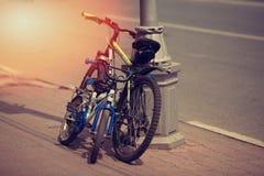 Suporte de duas bicicletas estacionado a um revérbero Imagens de Stock Royalty Free