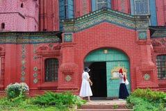 Suporte de duas mulheres pela igreja Foto de Stock Royalty Free
