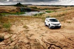 Suporte de Honda CR-V do carro na estrada do campo perto da floresta no dia Foto de Stock Royalty Free