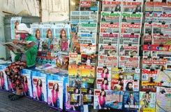 Suporte de jornal no pavimento Imagens de Stock