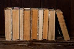 Suporte de livros velhos na fileira Foto de Stock Royalty Free