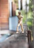 Suporte de madeira da caminhada do homem na madeira Fotos de Stock