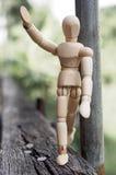 Suporte de madeira do homem na madeira Fotos de Stock Royalty Free